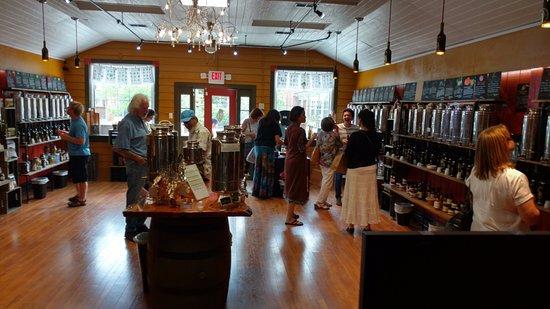 Berkeley Springs, เวสต์เวอร์จิเนีย: People shopping and sampling