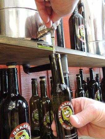 Berkeley Springs, Δυτική Βιρτζίνια: Bottle filling