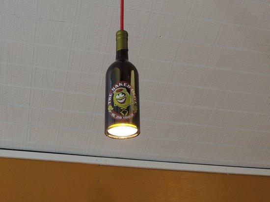 Berkeley Springs, Batı Virjinya: Naked Olive Bottle Light
