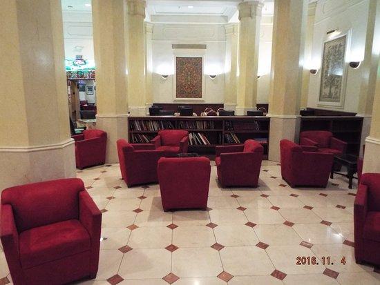Stillwell Hotel: フロント横のフリースペース