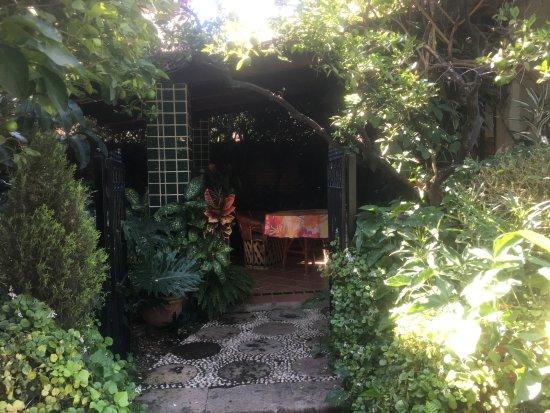 Casa Flores: Cuarto con jardín