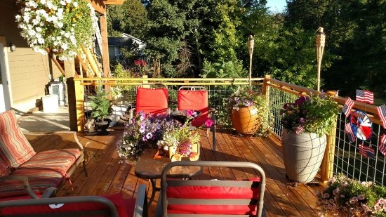 Little Luckiamute Creekside B&B: Deck view