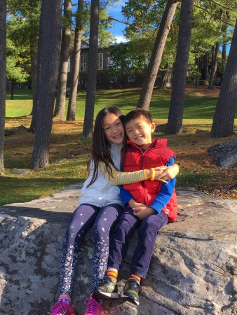 Woodloch Pines Resort: Sibling love by a big boulder near the lake