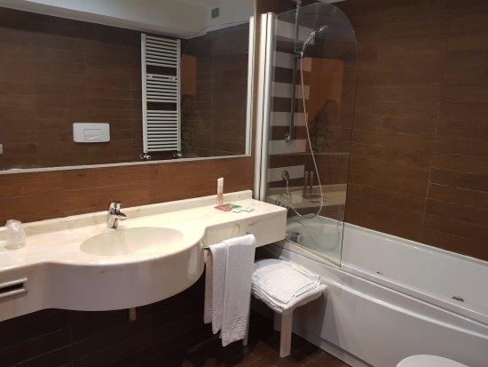 De buen tamaño, con cabina de ducha y bañera con hidromasaje ...