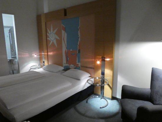 durchgestyltes, aber enges Zimmer - mit Lichtluke für den Naßbereich ...