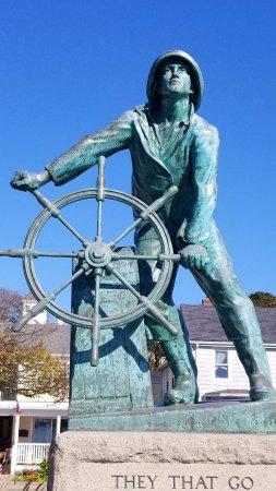Atlantis Oceanfront Inn: Fisherman Memorial,only a few minutes from hotel