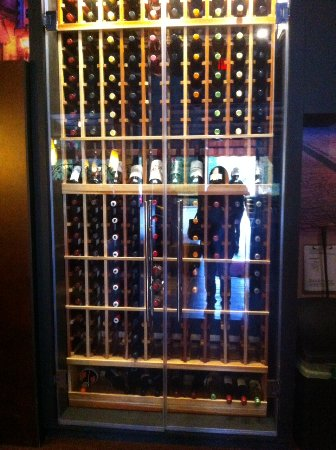 Abbotsford, Canada: Wine rack at entrance