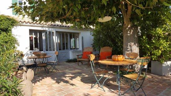 Hotel Le Chat Botte: la terrasse sur le jardin