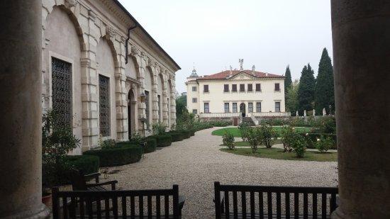 Villa Valmarana ai Nani: La foresteria sulla sinistra