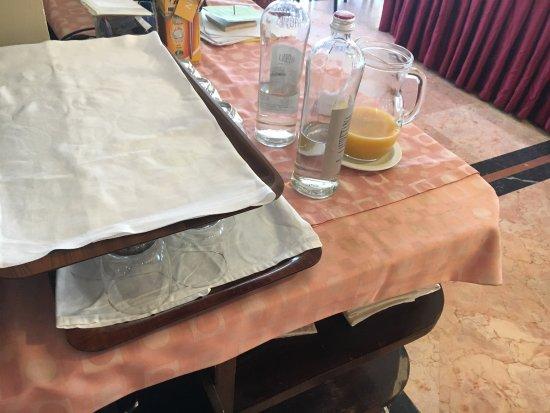 Grand Hotel Mediterranee: Schmuddelige Decke für schlechten Orangensaft und Weinflaschen die am Frühstück rumstanden.