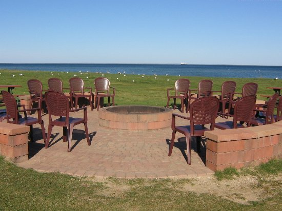 Best Western Harbour Pointe Lakefront: Large fire ring with lake view