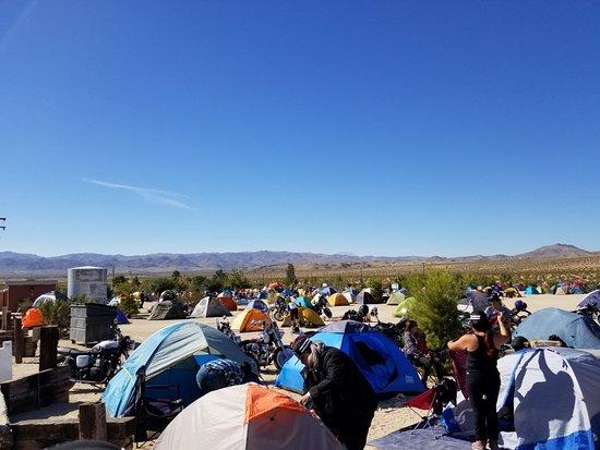 Joshua Tree, كاليفورنيا: Motochicks starting the day amidst panoramic mountain views
