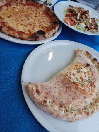 Oggi Cafe: pizza margarita, ceasar salad and delicious calzone