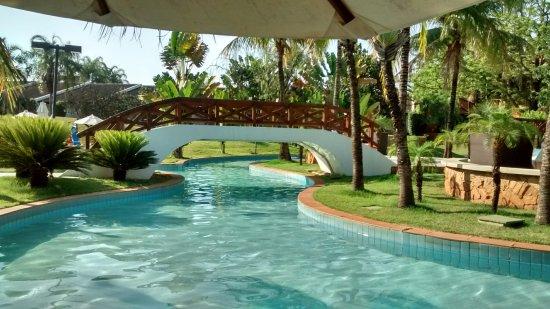 Blue Tree Park Lins: Área de uma das piscinas (debaixo da ponte cai água geladinha por canaletas)