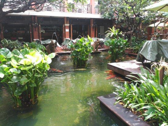 Rambuttri Village Inn & Plaza: Fuente a la entrada del hotel