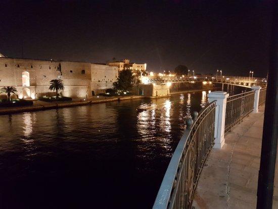 Castello aragonese di sera e la passeggiata. foto di castello
