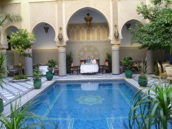 Riad Salam Fes: Petit-déjeuner devant la piscine du patio