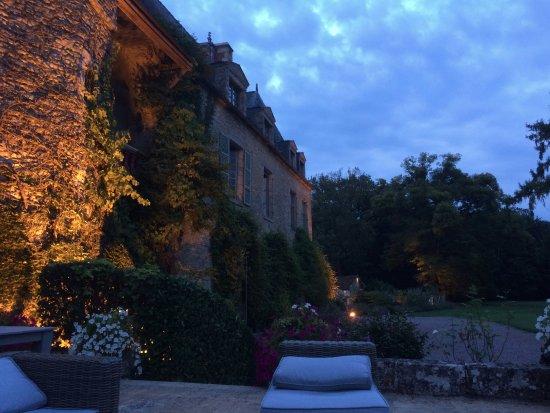 Saint-Paterne, France: Après le dîner sur la terrasse avec le chateau éclairé !