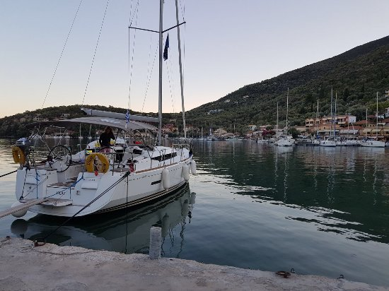 Perigiali, Grekland: Sivota - picking up water, electricity and great Greek food!