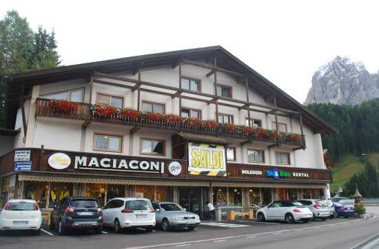 Santa Cristina Valgardena, إيطاليا: il negozio visto dalla strada