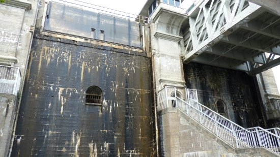 Liftlock and The River Boat Cruises: Going down the lift lock