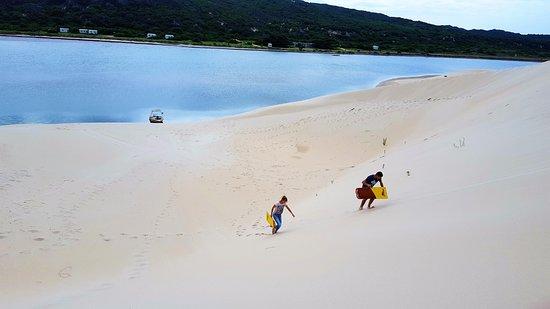 Colchester, Sudáfrica: Couples sand sledding