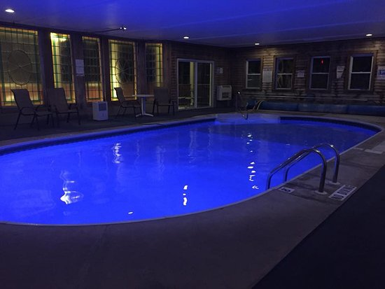Wilbraham Mansion: Indoor heated pool at night time