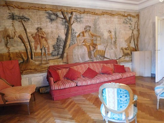 Floure, France: salon with tapestry