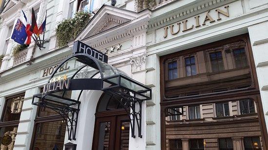 Hotel Julian: Front of hotel
