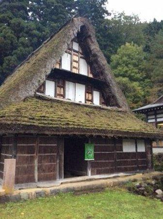 Nanto, Japan: こちらが入り口です。仏間や寝間の柱に1500年代の建築材料も使われています。
