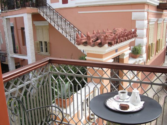 Aetoma Hotel: Every afternoon I was offered coffee, which always came with a little treat.