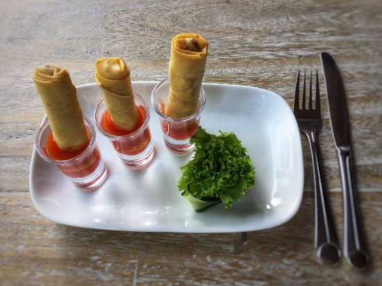 Padangbai, Indonesia: Curry chicken spring rolls with home made sweet&sour sauce