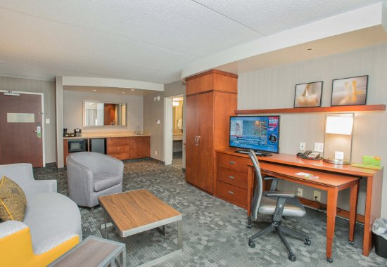 West Chester, OH: King Suite - Living Area
