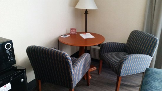 Econo Lodge Grand Junction : Sitting area - we pulled a chair out of the corner to the table