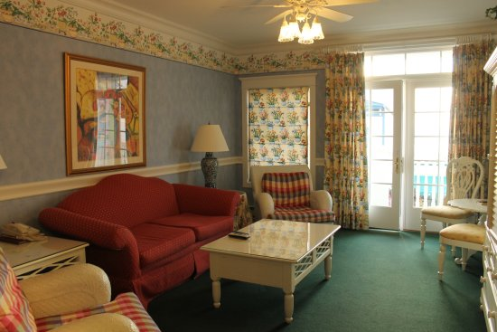 Main Street Inn and Suites: Sitting room showing balcony overlooking Main Street #207