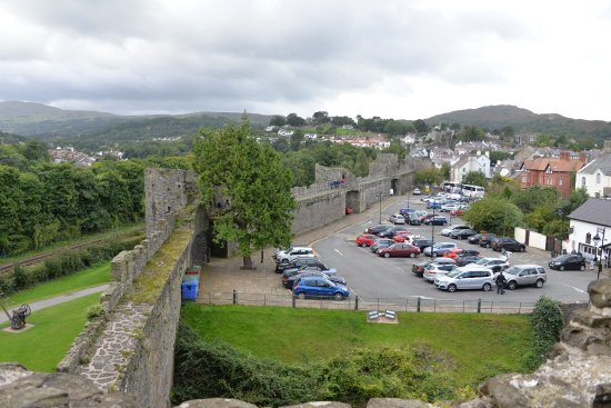 Conwy Castle: The wall around the town