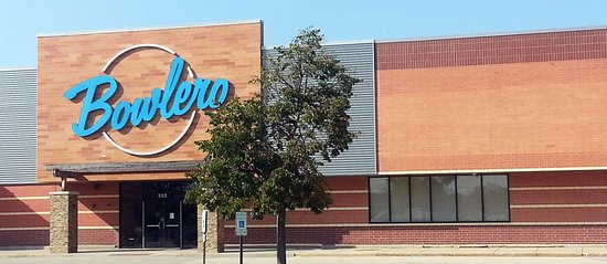 Buffalo Grove, IL: front of & main entrance to Bowlero