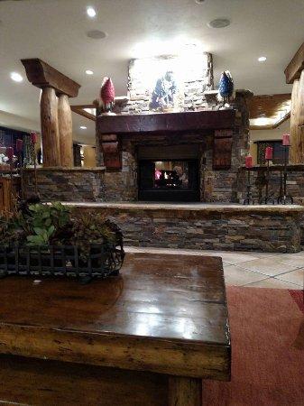 Kayenta, AZ: Fireplace across from front desk