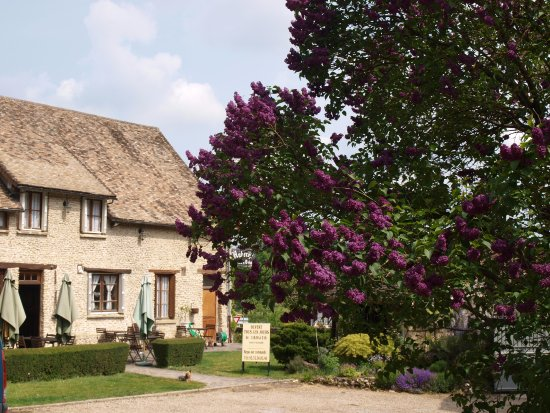 Croisy-sur-Eure, Frankrike: Façade et terrasse d'été