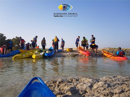 Al Khor, Catar: Family and friends enjoys kayaking