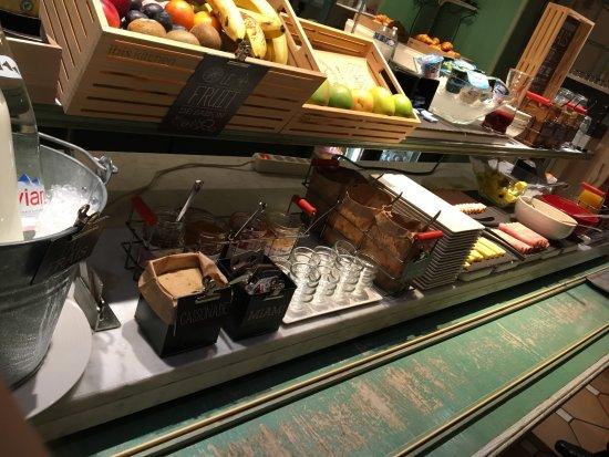 Ibis St Etienne Gare TGV : Espace petit déjeuner avec choix limité