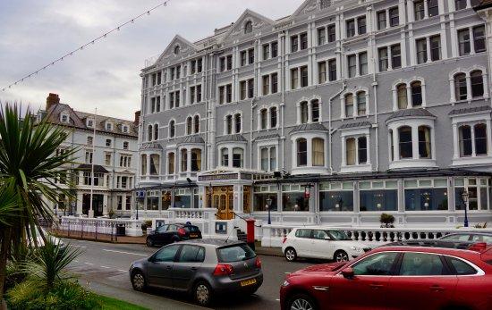 Imperial Hotel: Meren puolelta rantapromenaadin varrella