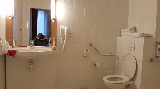 Salle de bains de chambre PMR - Bild von Ibis Perigueux Centre ...