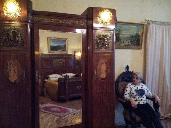 Бутик-отель Рахманинов: Удобные кресла и великолепный шкаф