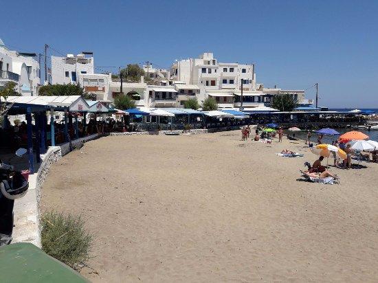 Adonis Hotel: La spiaggia all'una circa. Sulla passeggiata bar e ristoranti