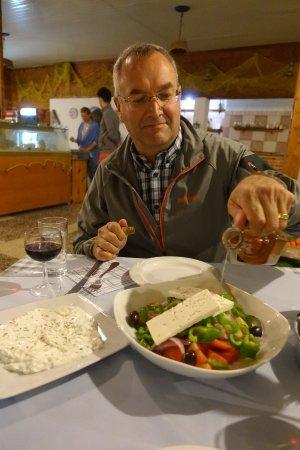 Gennadi, اليونان: Vorspeisen: Griechischer Salat und Tzatziki / Appetizer: Greek salad and tzatziki