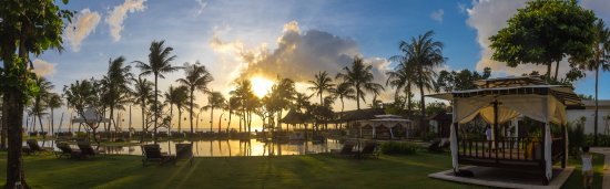 The Samaya Bali Seminyak: pool at sunset pano