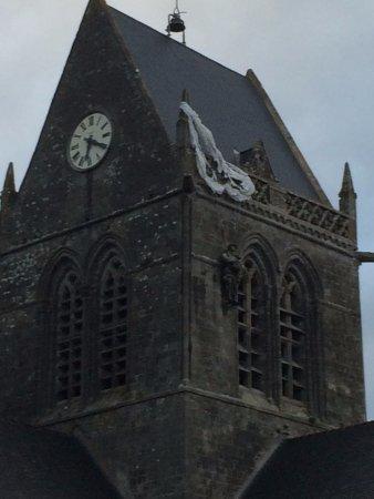 Sainte-Mere-Eglise Church: Le parachutiste