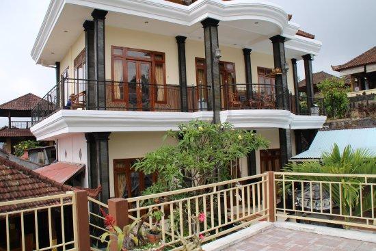 Aditya Homestay: Les chambres en étage vues de la terrasse