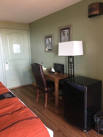 Far View Lodge: Desk in room